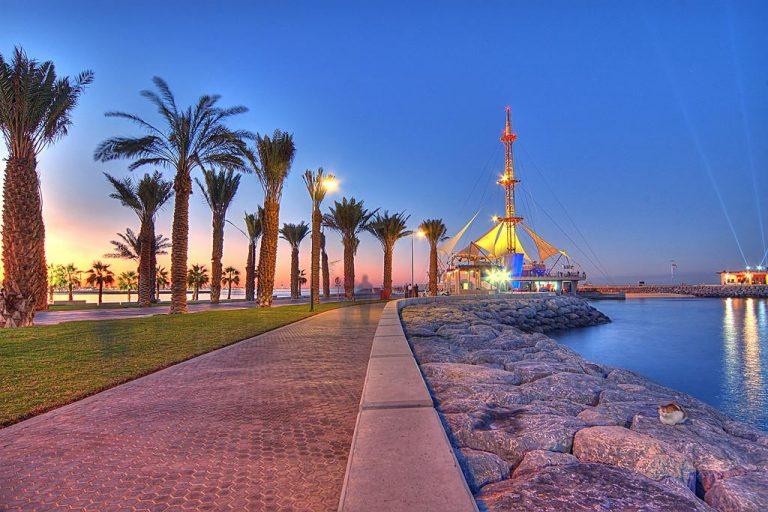 صورة ليلية من مدينة الكويت الساحلية